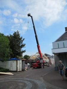 woning voor zien van nieuwe dakspanten met hijs blok
