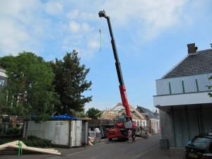 woning voor zien van nieuwe dakspanten met hijsblok 01